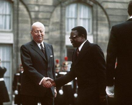 Le conseiller de l'Elysée pour les Affaires africaines, Jacques Foccart (G), accueille le président gabonais Omar Bongo, le 15 novembre 1973 à Paris, dans le cadre de sa visite officielle en France.