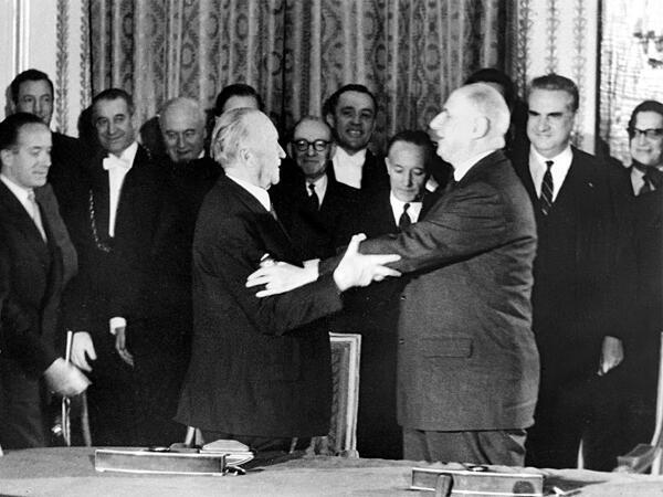 No dia 22 de janeiro de 1963, o general de Gaulle (à direita) e o chanceler Adenauer assinaram o Tratado do Eliseu.