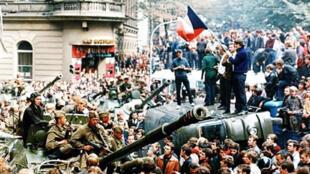 Des Tchèques entourent un char russe pour manifester contre l'invasion soviétique. Prague, le 21 août 1968.