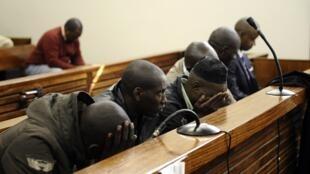Les six personnes suspectées d'avoir tenté d'assassiner l'ex-chef d'état-major rwandais Kayumba Nyamwasa en juin 2010 (photo prise au début du procès, en 2012).