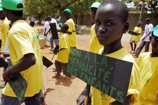 «Un petit Talibé», un élève d'une école coranique à Dakar lors d'une manifestation contre la mendicité des enfants.