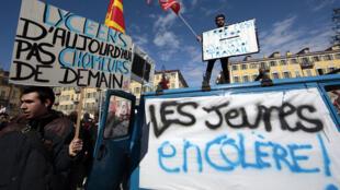 Sindicatos e jovens franceses contestaram nas ruas lei do trabalho, esta quarta-feira, 9 de março de 2016.