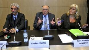 Da esquerda para a direita, o ex-técnico da seleção francesa, Raymond Domenech, o ex-presidente da Federação Francesa de Futebol, Jean-Pierre Escalettes, e a deputada Michèle Tabarot, na Assembleia.