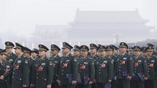 图为解放军人大代表等待进入人大会堂