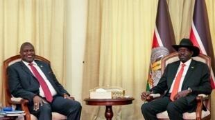 Le chef rebelle Riek Machar et le président du Soudan du Sud Salva Kiir au bureau présidentiel à Juba, le 19 octobre 2019.