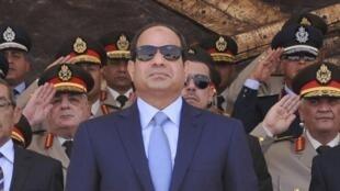 El presidente egipcio Abdel Fattah al-Sisi con mandos militares.