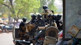 Des soldats burkinabè en patrouille dans les rues de Ouagadougou, le 3 mars 2018, au lendemain de la double attaque qui a frappé la capitale.