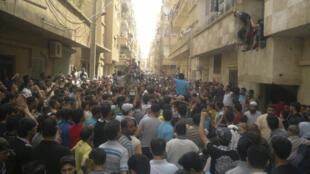 Manifestação contra o regime de Bashar al Assad em Deir Al Zour, em 15 de maio.