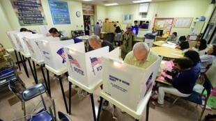 از ساعت های اولیه صبح روز سه شنبه ۶ نوامبر، درهای دفاتر رای گیری در شرق  آمریکا به روی مردم باز شد.