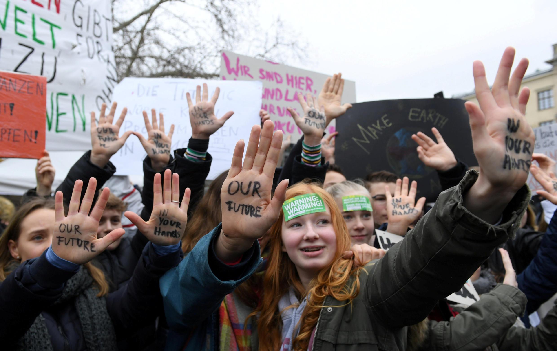 دانشآموزان آلمانی در برلین در حمایت از حفظ محیط زیست تظاهرات کردند. جمعه پانزدهم مارس