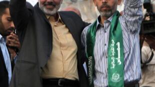 """Yahya Sinuar (derecha)  """"fue elegido jefe del consejo político de Hamas en la Franja de Gaza"""", sucediendo a Ismail Haniyeh (izquierda). Foto del 21 de octubre de 2011."""
