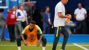 Tite e Neymar durante o treino da seleção brasileira em Samara.