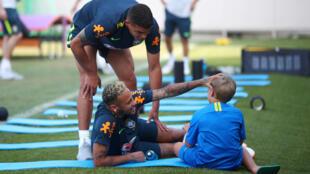Neymar brinca com o filho na companhia de Thiago Silva.