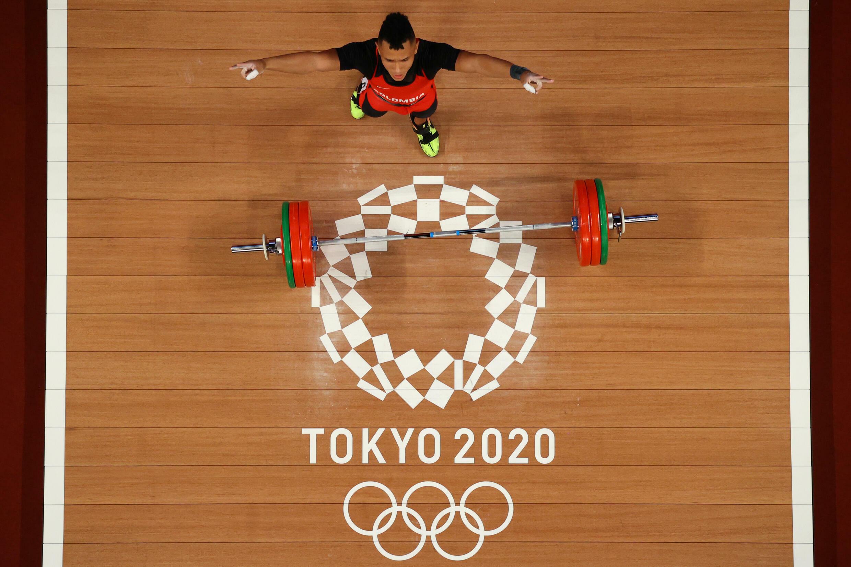 El colombiano Luis Javier Mosquera Lozano compite en la categoría de los 67 kilos masculinos del torneo de halterofilia de los Juegos Olímpicos de Tokio, el 25 de julio de 2021