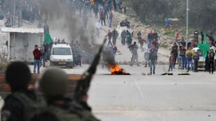Des affrontements entre les manifestants palestiniens et la sécurité israélienne à Hébron, le 12 décembre.