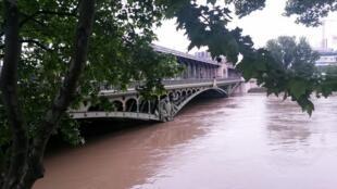 Rio Sena, em Paris, atinge níveis excepcionais e obriga à evacuação de vários recintos.