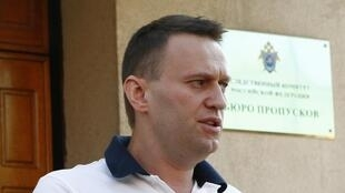 Le blogueur anti-corruption Alexei Navalny, à sa sortie de la commission fédérale d'investigation à Moscou, le 31 juillet 2012.