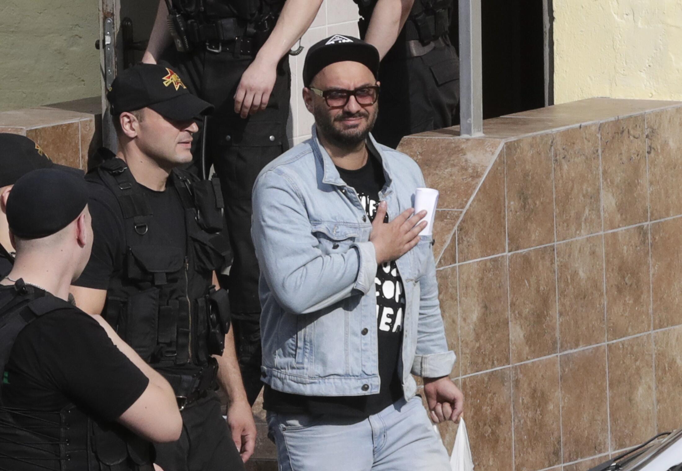 Кирилл Серебренников выходит из здланися суда  в Москве, 22 августа 2017 года.