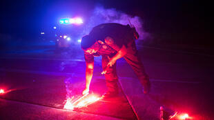 Un policier bloque la route qui mène à l'usine Arkema, où une explosion a eu lieu en raison de la tempête Harvey qui s'est abattue sur le Texas.