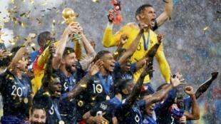 2018年俄罗斯世界杯法国队捧杯时刻资料图片
