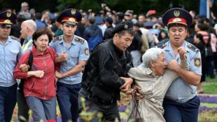 ناظران بین المللی ضمن انتقاد از دستگیری و سرکوب معترضین توسط پلیس ضد شورش قزاقستان، عدم انتقال دموکراتیکِ قدرت در این انتخابات را محکوم کردند.