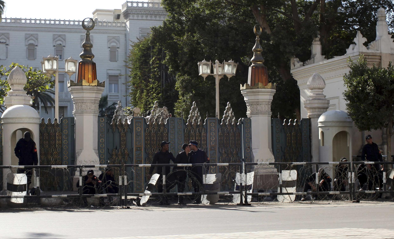 Cảnh sát dã chiến canh gác dinh tổng thống tại Cairo ngày 2/2/2013.