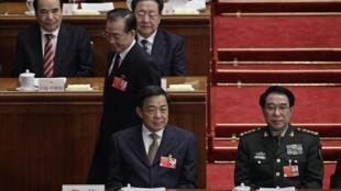 លោក Bo Xilai   លេខាធិការនៃបក្សកុម្មុយនិស្តចិនដ៏ខ្លាំងក្លានៃទីក្រុងChongqing (ខាងឆ្វេង)