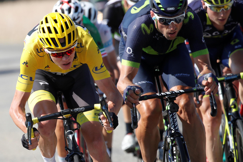 Chris Froome (Aliyevalia sare ya njano) akishiriki katika mashindano ya Tour de France