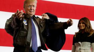 """دونالد ترامپ، رئیس جمهوری آمریکا، در پایگاه هوایی آمریکا """"یوکوتا"""" واقع در غرب توکیو ملبس به اونیفورم نظامی خلبانی. یکشنبه ۱۴ آبان/ ۵ نوامبر ٢٠۱٧"""