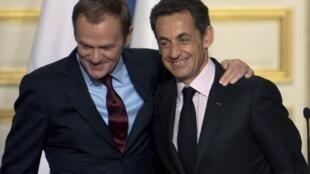 Le président français Nicolas Sarkozy (d) et le Premier ministre polonais Donald Tusk (g) lors d'une conférence de presse à l'Elysée à Paris, le 5 novembre 2009.