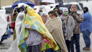Des habitants de Houston font la queue pour se procurer du gaz en pleine coupure d'électricité due à la vague de froid au Texas, le 17 février 2021.