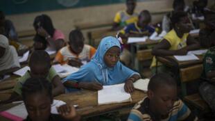 Watoto wakiwa darasani wakisoma kwenye nchi ya Mali, Save the Children inaitaja mali kutofanya vizuri kwenye ulinzi wa watoto
