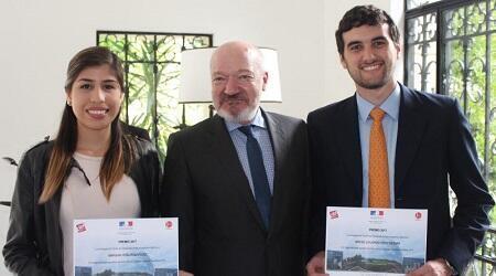 Mariana Peña Rodríguez  y Miguel Eduardo Ortiz Bezara,  los dos seleccionados de Venezuela para participar en la semana de jóvenes talentos, acompañados del embajador francés Frédéric Desagneaux en su residencia en Caracas, antes de viajar a París.
