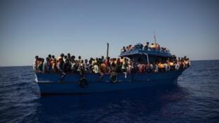 """Boti linalobeba wahamiaji ikisubiri upwa msaada meli ya """"Aquarius"""" ya SOS Méditerranée na MSF kwenye pwani ya Libya Agosti 2, 2017. Tangu wakati huo, mashirika yasiyo ya kiserikali yamekatazwa kutumia pwani ya Libya."""