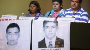 Familiares dos estudantes mortos, durante uma coletiva de imprensa nesta terça-feira (27), protestam contra a versão do ministério da Justiça mexicano.