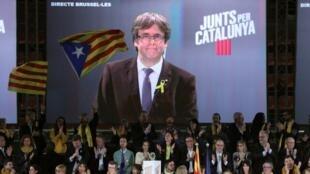 """O líder catalão deposto Carles Puigdemont aparece em uma tela durante uma reunião de seu partido """"Junts per Catalunya"""" em Barcelona, Espanha 15 de dezembro de 2017"""
