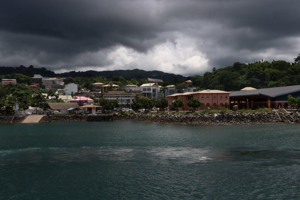 Mamoudzou, chef-lieu du 101e département de France, Mayotte. Avec son marché couvert tout à droite sur la photo.