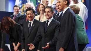 Nicolas Sarkozy se place au centre de la photo de famille des dirigeants du G20, le 4 novembre 2011 à Cannes, entouré notamment du président chinois Hu Jintao et du président américain Barack Obama.