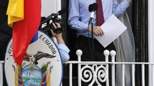 Julian Assange, fundador do Wikileaks, na sacada da embaixada do Equador em Londres, neste domingo.