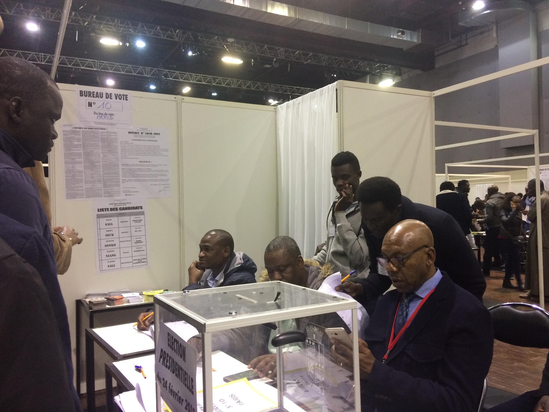 Des Sénégalais inscrits sur les listes électorales votent pour la présidentielle aux Docks de Paris, à la Plaine Saint-Denis, le 24 février 2019.