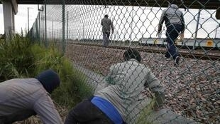 'Yan ci-rani  3,000 yawancinsu daga Afrika da yankin Asiya suka kafa sansani a Calais cikin Faransa domin shiga Birtaniya