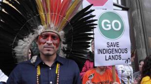 Manifestação em Londres exige o respeito dos direitos indígenas no Brasil.
