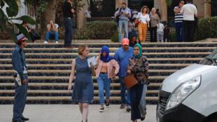 La journaliste marocaine Hajar Raissouni, foulard bleu, lors de son procès à Rabat le 30 septembre 2019.