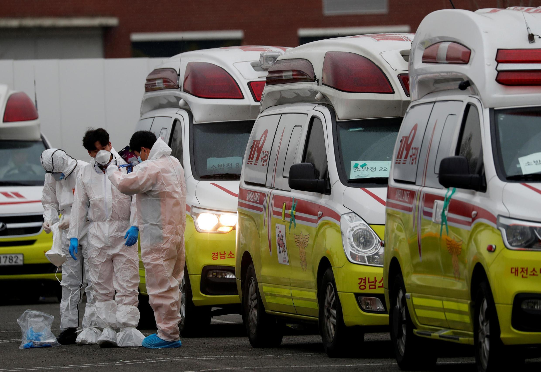 Đội xe cấp cứu 119 tại Daegu, Hàn Quốc, sẵn sàng chuyên chở bệnh nhân nhiễm Covid-19, ngày 07/03/2020.