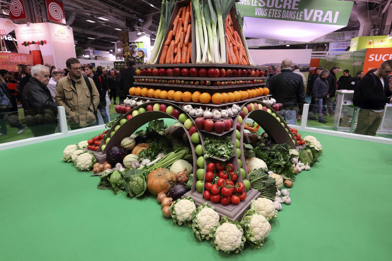 Une tour Eiffel en fruits et légumes, au Salon de l'agriculture.