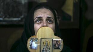 Верующая во время Крестного хода в Страстную пятницу в Иерусалиме, 10 апреля 2015 г.