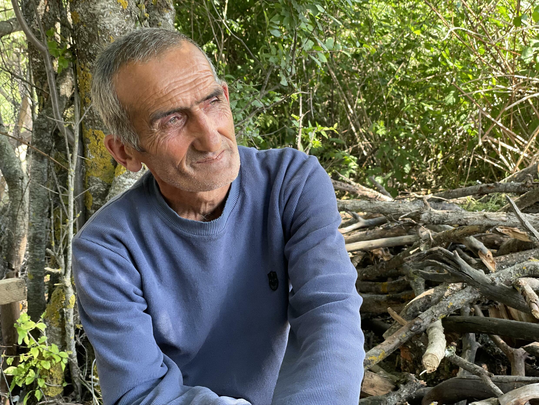 Из-за войны 60-летний житель Шурнуха  Сасун Алумян лишился дома, ульев и скота. Сасунская область. Армения. 13 июня 2021 год.