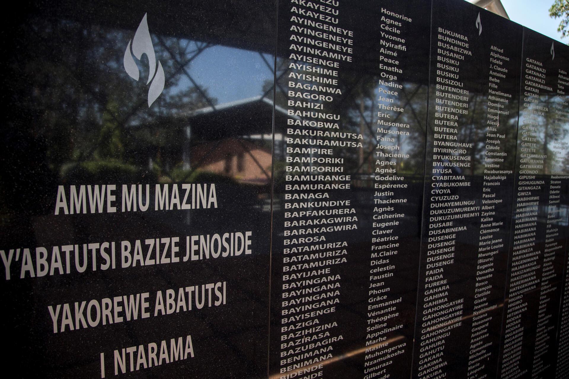 Имена погибших во время геноцида в Руанде в 1994 году. Стена мемориала в Кигали.