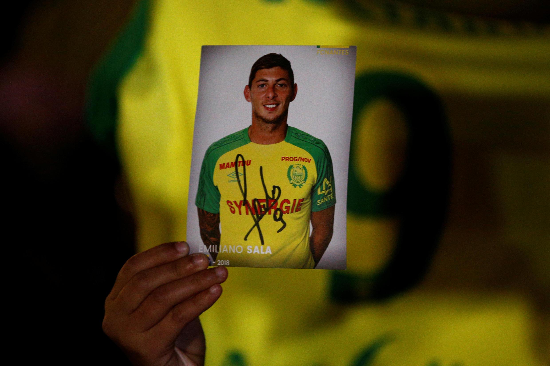 Fã exibe foto de Emiliano Sala em homenagem ao jogador em Nantes, em 22 de janeiro de 2019.