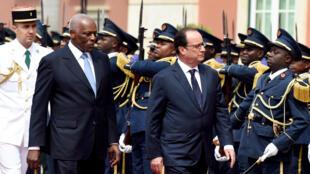 José Eduardo Dos Santos, le président angolais, et François Hollande, son homologue français, à Luanda ce 3 juillet.